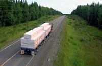 木材を搬出するトラック